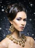 Mujer joven, hermosa y rica en joyas imagenes de archivo