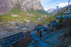 Mujer joven Himallaya de seguimiento Vilage Fondo de Nepal Mountans de la visión Viaje del deporte de Hikking horizontal Fotos de archivo