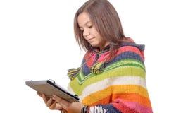 Mujer joven hispánica feliz que usa la tableta Imagen de archivo