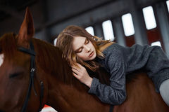 Mujer joven a horcajadas en un caballo Fotografía de archivo libre de regalías