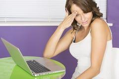 Mujer joven horrorizada asqueada chocada atractiva que usa el ordenador portátil Fotos de archivo
