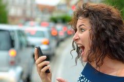 Mujer joven horrorizada con una expresión horrorizada Imagen de archivo