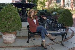 Mujer joven imponente que presenta en suéter y sombrero Fotografía de archivo libre de regalías