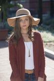 Mujer joven imponente que presenta en suéter y sombrero Imagenes de archivo