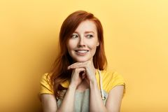 Mujer joven impresionante positiva en caídas del delantal en amor foto de archivo