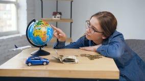 Mujer joven infeliz que cuenta monedas en la tabla metrajes