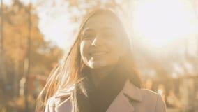 Mujer joven inspirada alegre que sonríe, nuevas oportunidades de sensación, encuesta social almacen de metraje de vídeo