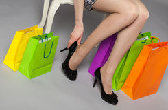 Mujer joven irreconocible que intenta en los nuevos zapatos negros Fotos de archivo libres de regalías