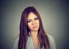 Mujer joven irritada enfadada retrato Imágenes de archivo libres de regalías