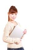 Mujer joven japonesa con el computer  del ordenador portátil Imagenes de archivo