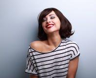 Mujer joven joying feliz con los ojos cerrados en azul Fotos de archivo libres de regalías