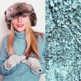 Mujer joven juguetona en sombrero del invierno y el suéter del paraíso de la isla Imagenes de archivo