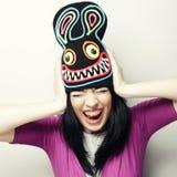 Mujer joven juguetona en sombrero divertido con el conejo Imágenes de archivo libres de regalías
