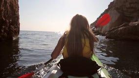 Mujer joven Kayaking almacen de video