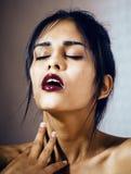 Mujer joven latina de la belleza en la depresión, mirada de la desesperación, fashi Imagenes de archivo
