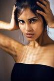 Mujer joven latina de la belleza en la depresión, mirada de la desesperación, fashi Fotografía de archivo