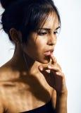 Mujer joven latina de la belleza en la depresión, mirada de la desesperación, maquillaje de la moda Fotografía de archivo