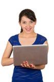 Mujer joven latina hermosa que usa el ordenador portátil Fotos de archivo libres de regalías