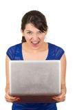 Mujer joven latina hermosa que usa el ordenador portátil Foto de archivo libre de regalías