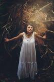Mujer joven libre en el bosque Fotos de archivo