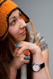 Mujer joven linda con el sombrero del invierno fotografía de archivo