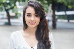 Mujer joven linda con la blusa blanca en un parque Fotos de archivo libres de regalías