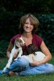 Mujer joven linda con las cabras del bebé Fotos de archivo libres de regalías