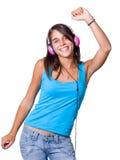 Mujer joven linda con los auriculares que bailan en música Fotos de archivo