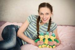 Mujer joven linda con los juguetes rellenos fotos de archivo