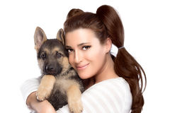 Mujer joven linda con un perro de perrito Imagen de archivo libre de regalías