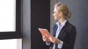 Mujer joven linda en traje elegante en el trabajo Componga la idea del negocio, plan almacen de video