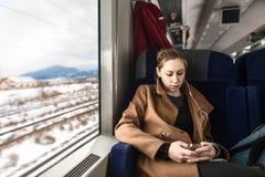 Mujer joven linda en un tren Imagen de archivo libre de regalías