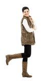 Mujer joven linda feliz que presenta con para arriba aumentada la pierna Imagenes de archivo