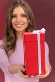 Mujer joven linda magnífica que sostiene la actual caja Fotos de archivo