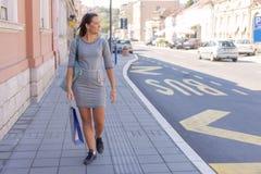 Mujer joven linda que camina después de hacer compras en tienda Fotografía de archivo