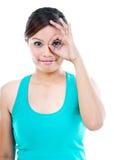 Mujer joven linda que gesticula OK Imagenes de archivo