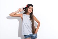 Mujer joven linda que gesticula positivamente Imagenes de archivo