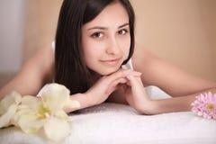 Mujer joven linda que goza durante un tratamiento del cuidado de piel en un balneario Imagen de archivo