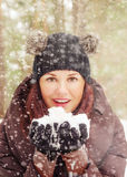 Mujer joven linda que juega con nieve Foto de archivo