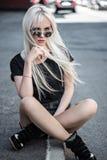 Mujer joven linda que presenta al aire libre Fotografía de archivo