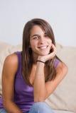 Mujer joven linda que presenta en un sofá Imagen de archivo