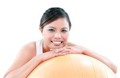 Mujer joven linda que se inclina en bola del balance Foto de archivo libre de regalías