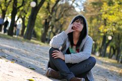 Mujer joven linda que sonríe al aire libre en naturaleza Fotos de archivo libres de regalías