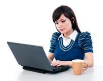 Mujer joven linda que usa la computadora portátil Imagen de archivo libre de regalías