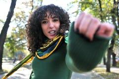 Mujer joven linda triguena que presenta al aire libre Foto de archivo libre de regalías