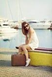 Mujer joven lista para la travesía del mar Imagenes de archivo