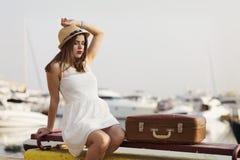 Mujer joven lista para la travesía del mar Fotos de archivo