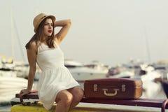 Mujer joven lista para la travesía del mar Fotografía de archivo