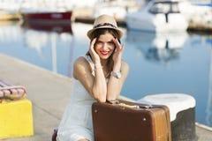 Mujer joven lista para la travesía del mar Imágenes de archivo libres de regalías
