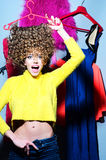 Mujer joven loca con ropa Imagenes de archivo